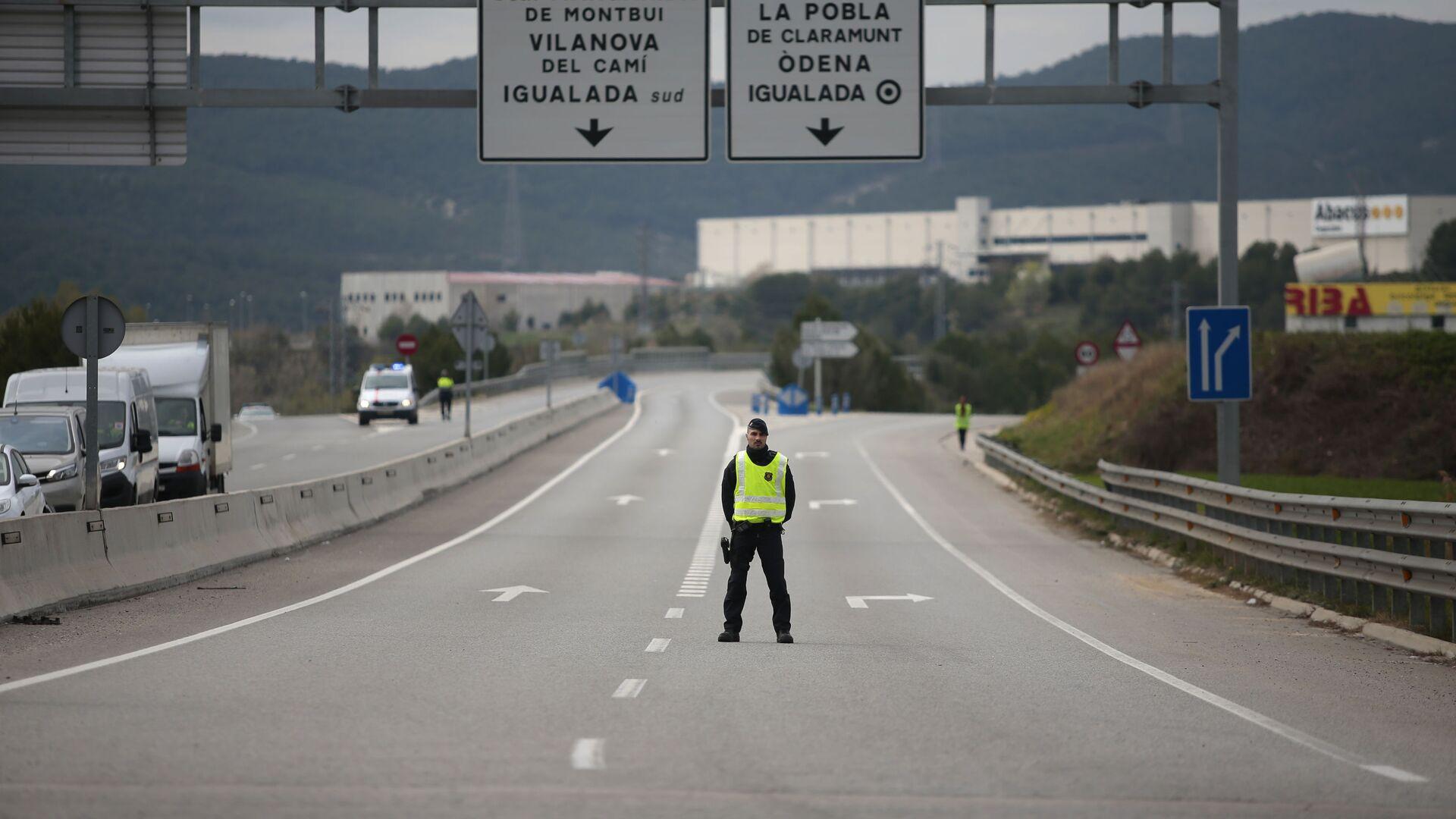 Un policía catalán en un control en una carretera de Cataluña - Sputnik Mundo, 1920, 14.07.2021