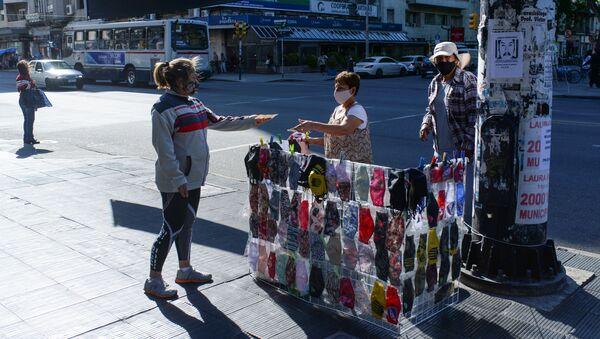 Mujer comprando un tapabocas (Archivo) - Sputnik Mundo