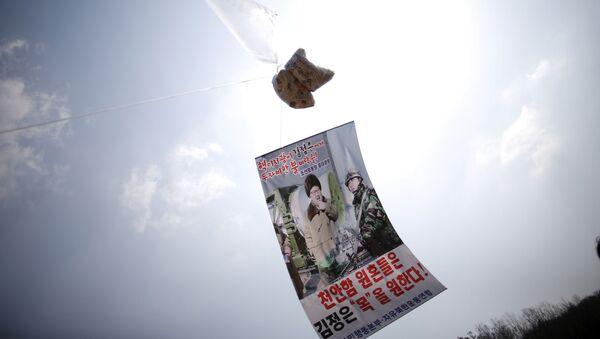 Un globo con folletos denunciando al líder norcoreano, Kim Jong-un, flota en el aire cerca de la zona desmilitarizada que separa las dos Coreas - Sputnik Mundo