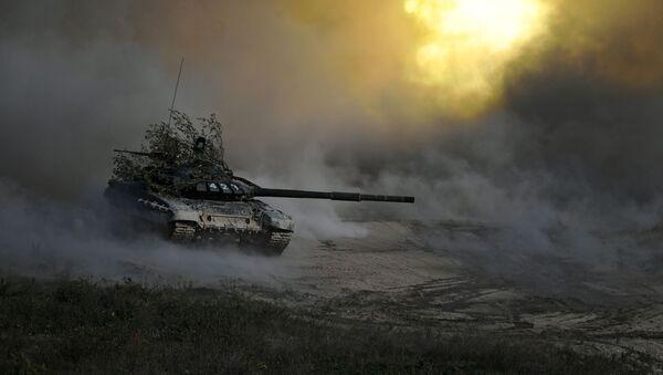 Un tanque T-72 ruso durante un ejercício militar (archivo) - Sputnik Mundo