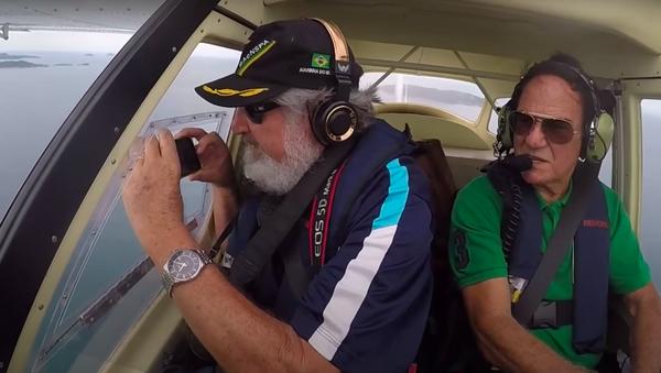 Un hombre derriba su móvil desde un avión - Sputnik Mundo
