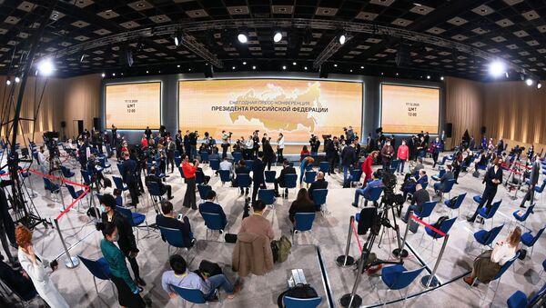 Los periodistas esperan la inauguración de la rueda de prensa anual de Vladímir Putin - Sputnik Mundo