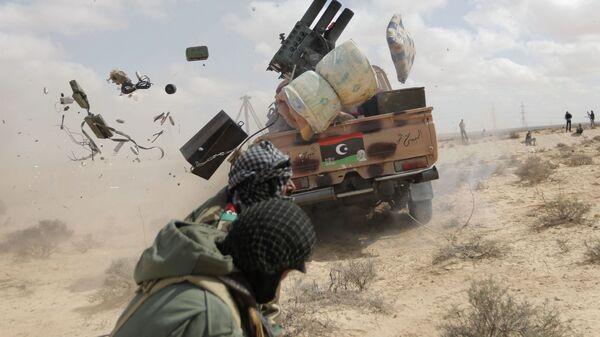 Un rebelde libio durante el ataque contra Gadafi, el 31 de mayo de 2011 (archivo) - Sputnik Mundo