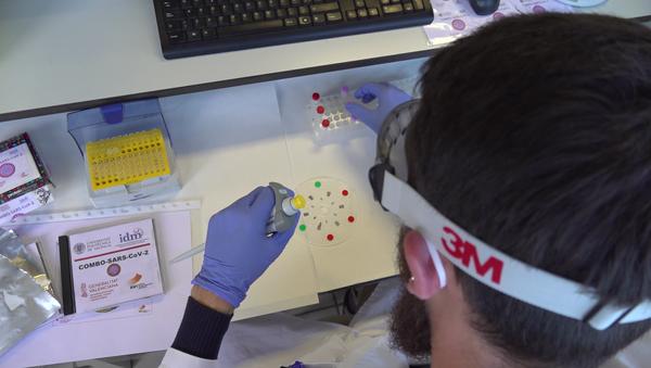 Investigadores de la UPV realizando las pruebas COVID con un DVD modificado - Sputnik Mundo