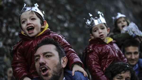 Niños durante la Cabalgata de los Reyes Magos - Sputnik Mundo