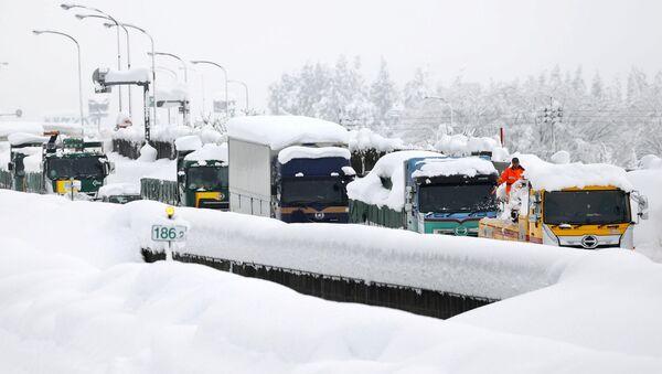 Vehículos varados por la nieve en una autopista de Japón - Sputnik Mundo