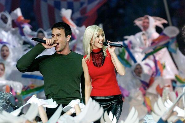 La niña con gran voz, así es como sus vecinos llamaban a Cristina. En la foto: Christina Aguilera y Enrique Iglesias actuando durante el medio tiempo del Super Bowl XXXIV en Atlanta, 2000.  - Sputnik Mundo