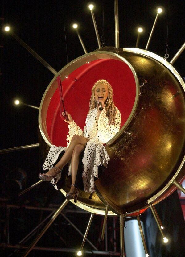 A los 8 años Christina actuó en el concurso de talentos junior de Star Search, donde cantó 'The Greatest Love of All' de Whitney Houston y asombró al jurado, pero quedó en segundo lugar. Tres años más tarde fue invitada a cantar el himno nacional de EEUU en un evento deportivo de Pittsburgh: fue la primera vez que llenó el estadio. En 1992 Aguilera se unió al famoso programa de TV Mickey Mouse Club con Britney Spears y Justin Timberlake. En la foto: Christina Aguilera durante su actuación en la edición 43 de los Premios Grammy en Los Ángeles, 2001. - Sputnik Mundo