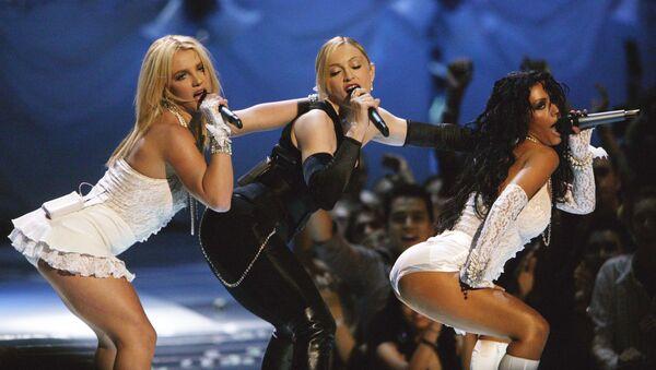 En 1999, la cantante de 18 años firmó un contrato con RCA Records y lanzó su álbum debut, 'Christina Aguilera', que estuvo cinco semanas en el ranking 'Hot' 10 del Billboard. Las emisoras de radio inicialmente se negaron a poner su primer sencillo 'Genio atrapado' por sus letras explícitas, pero fue la canción que más popular la hizo. En la foto: Britney Spears, Madonna y Christina Aguilera en los MTV Video Music Awards de 2003 en Nueva York. - Sputnik Mundo
