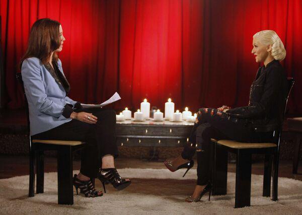 Además de sus actuaciones en solitario, la cantante ha grabado varios temas en colaboración como 'Lady Marmalade', 'Moves Like Jagger', 'Feel This Moment' y 'Say Something'. En la foto: Christina Aguilera durante una entrevista para On The Record en Beverly Hills, 2010. - Sputnik Mundo