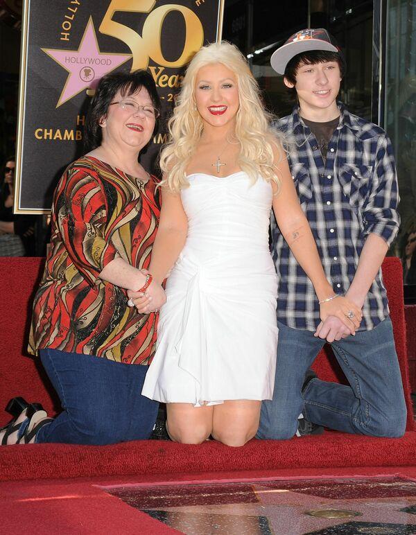 Christina Aguilera con su madre y su hermano en el Paseo de la Fama de Hollywood, 2010. - Sputnik Mundo
