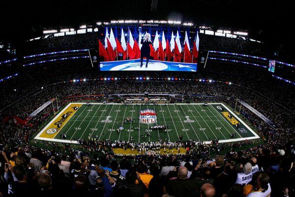 La cantante interpretó el himno nacional de EEUU en la noche de apertura del Super Bowl XLV en el Cowboys Stadium de Arlington, 2011. - Sputnik Mundo