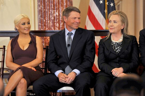 En 2013, Time clasificó a Aguilera como una de las 100 personas más influyentes del mundo. En la foto: Christina Aguilera, el empresario, escritor y filántropo David Novak y la entonces secretaria de Estado de EEUU Hillary Clinton en la edición 11 de los Premios George McGovern en Washington DC, 2012. - Sputnik Mundo