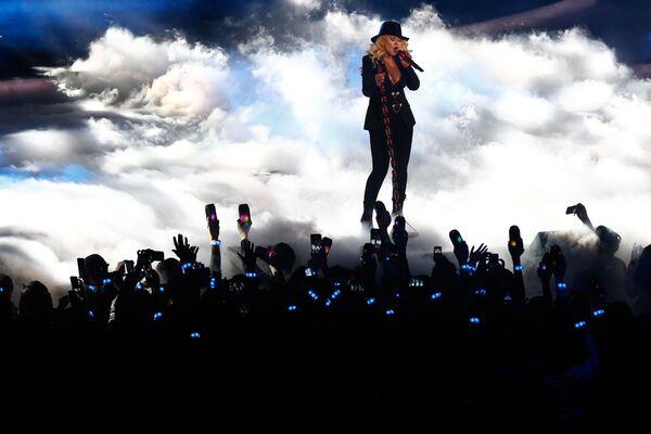 En 2018, la cantante lanzó su primer álbum en seis años titulado 'Liberation'. Ahora tiene ocho álbumes de estudio y varias docenas de singles. En la foto: Christina Aguilera actúa antes del juego de estrellas de la NBA de 2015 en el Madison Square Garden en la ciudad de Nueva York. - Sputnik Mundo