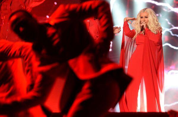 Aunque en los inicios de su carrera musical tenía una figura delgada, la cantante ha luchado por mucho tiempo con el sobrepeso. Pesaba 47 kilogramos y medía unos 157 centímetros, pero después del nacimiento de su primer hijo en 2008, aumentó bastante de peso. En la foto: Christina Aguilera con sus hijos en Beverly Hills, 2016. - Sputnik Mundo