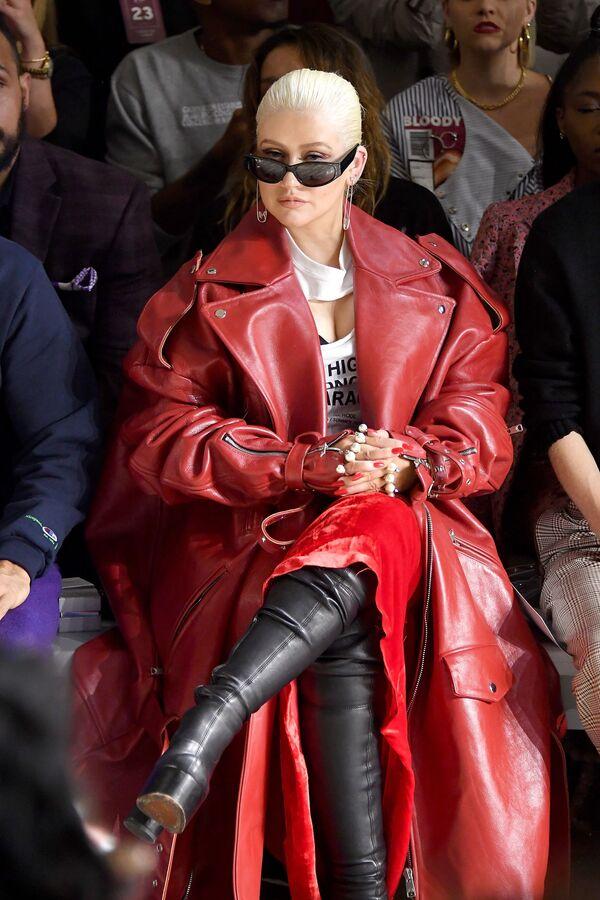 La estrella del pop ha dicho repetidamente que hay que aceptarse a uno mismo por lo que uno es y no se debe prestar atención a los estándares de belleza impuestos. En la foto: Christina Aguilera en uno de los desfiles de New York Fashion Week, 2018. - Sputnik Mundo