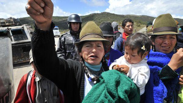 Una mujer indígena grita duranta la protesta contra las concesiones de los territorios para la minería en Cuenca, Ecuador, en 2009 - Sputnik Mundo