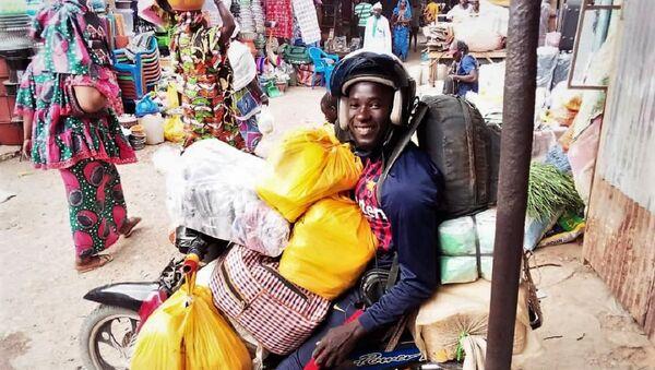 Malick Ka, como repartidor en Mbour, su ciudad de Senegal - Sputnik Mundo
