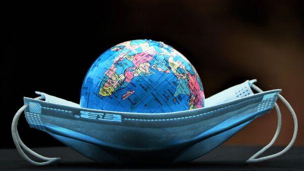 Un globo terráqueo dentro de una mascarilla - Sputnik Mundo