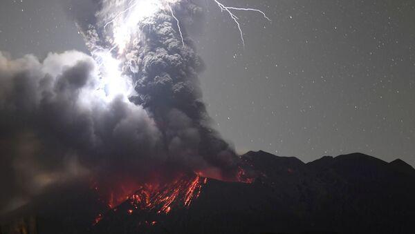 Un relámpago volcánico sobre el monte Sakurajima - Sputnik Mundo