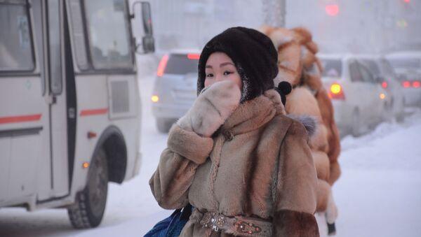 Una chica espera el bus en una parada de la ciuda de Yakutsk (archivo) - Sputnik Mundo