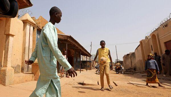 Uno de los estudiantes rescatados jugando al fútbol, Nigeria - Sputnik Mundo