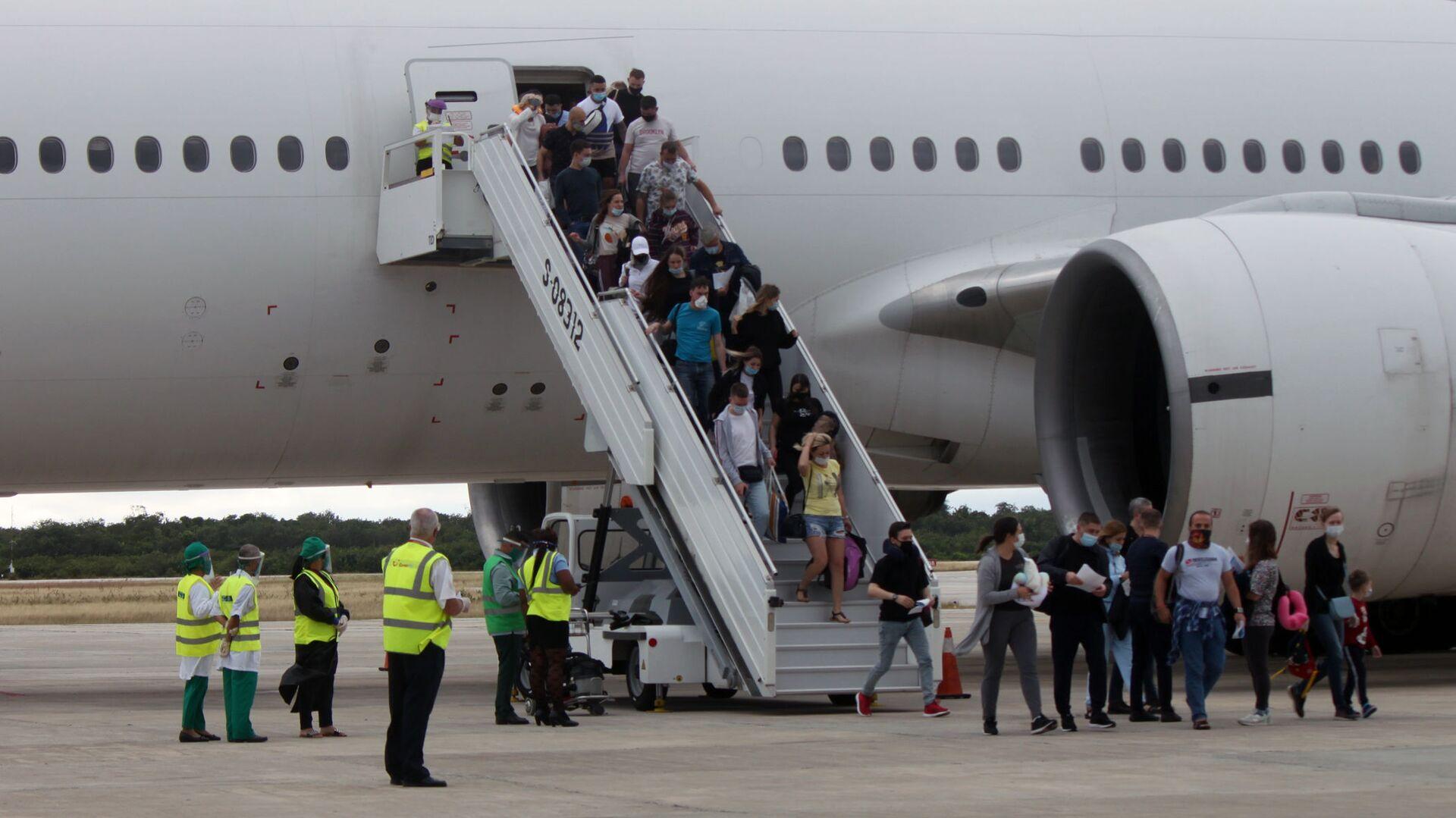 Turistas rusos llegando al aeropuerto Jardines del Rey, Cayo Coco, Cuba - Sputnik Mundo, 1920, 06.07.2021