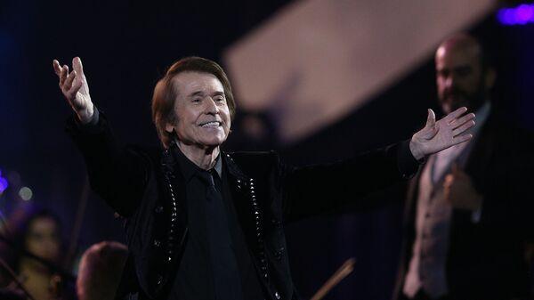 El cantante Raphael durante unos de sus conciertos en Chile - Sputnik Mundo