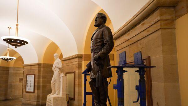 La estatua del general confederado Robert E. Lee en el Capitolio de EEUU - Sputnik Mundo