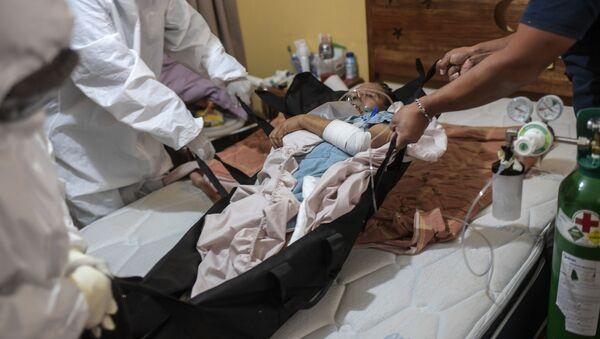 Los médicos atienden a un paciente con síntomas COVID-19 en la Ciudad de México - Sputnik Mundo