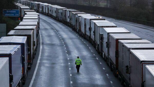 Camiones varados en la frontera británica por nueva cepa del coronavirus en el Reino Unido - Sputnik Mundo
