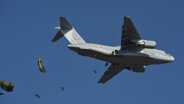 Los paracaidistas desde un Kawasaki C-2 de las Fuerzas Aéreas de Japón - Sputnik Mundo