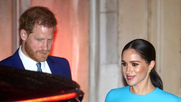 El príncipe Harry y su esposa Meghan - Sputnik Mundo