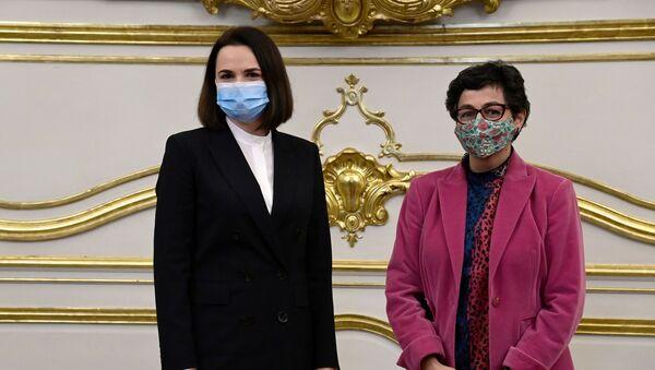 La ministra de Asuntos Exteriores de España, Arancha González Laya, y la opositora bielorrusa Svetlana Tijanóvskaya - Sputnik Mundo