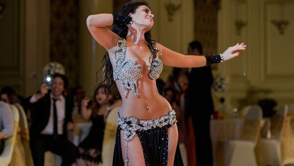 Марокканская исполнительница танца живота во время выступления на свадьбе в Каире  - Sputnik Mundo