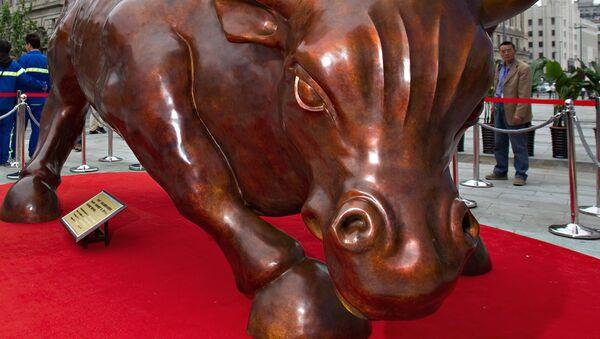 Скульптура атакующего быка итальянско-американского художника Артуро Ди Модики на набережной в Шанхае, Китай - Sputnik Mundo