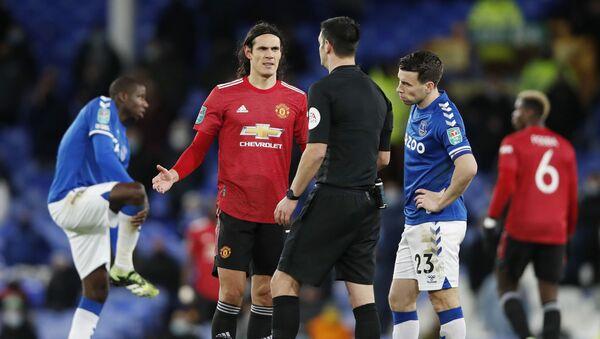 Edinson Cavani, el delantero uruguayo del Manchester United habla con el árbitro Andy Madley - Sputnik Mundo
