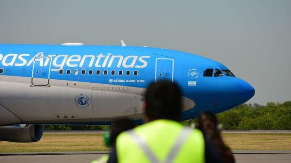 El avión con la vacuna rusa Sputnik V llega a Argentina - Sputnik Mundo