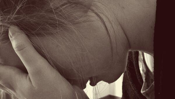 Una mujer llorando - Sputnik Mundo