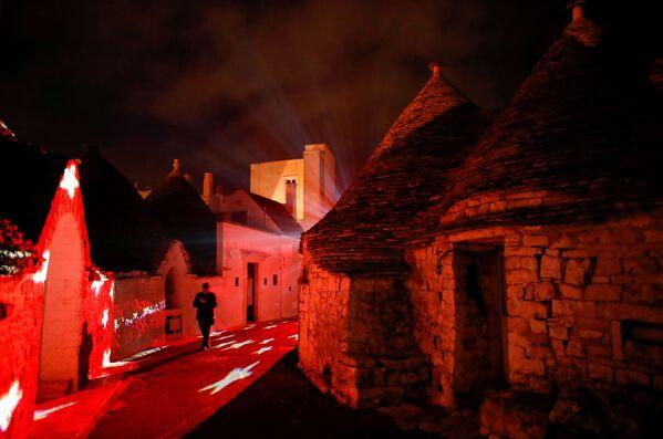 Iluminaciones navideñas de trullo, una antigua construcción ubicada en el centro de la ciudad italiana de Alberobello. Los trullos de Alberobello fueron declarados Patrimonio de la Humanidad de la UNESCO en 1996. - Sputnik Mundo