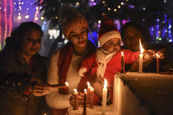 Los feligreses asisten a una catedral de Amritsar, en la India, durante la Nochebuena. - Sputnik Mundo