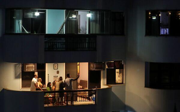 Una familia celebra la Nochebuena en el balcón de su apartamento en Río de Janeiro, Brasil. - Sputnik Mundo