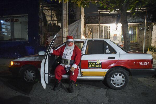 Un taxista vestido de Papá Noel en Boca del Río, México. - Sputnik Mundo