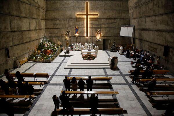 Así celebran la misa de Navidad en una iglesia católica en Podgorica, Montenegro. - Sputnik Mundo