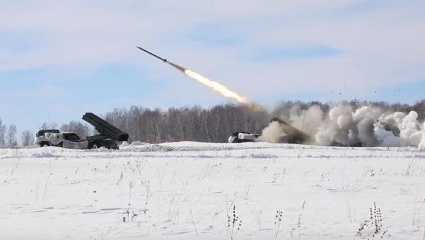 La artillería rusa muestra toda su potencia contra tanques y fortificaciones - Sputnik Mundo