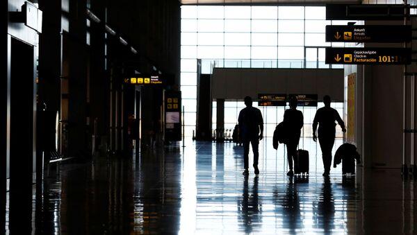Unos turistas en un aeropuerto en Londres, Reino Unido - Sputnik Mundo