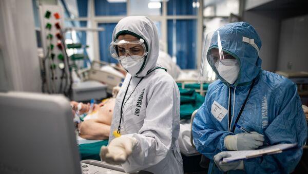 Medicos en un hospital para pacientes con coronavirus - Sputnik Mundo