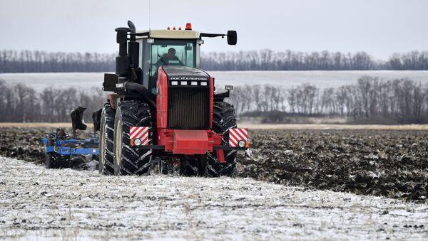 El tractor RSM 2375 (modelo de cuatro ruedas) - Sputnik Mundo
