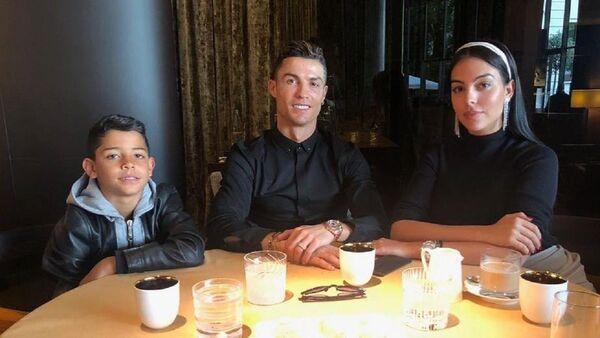 El futbolista Cristiano Ronaldo junto a su esposa y su hijo mayor Cristiano junior - Sputnik Mundo