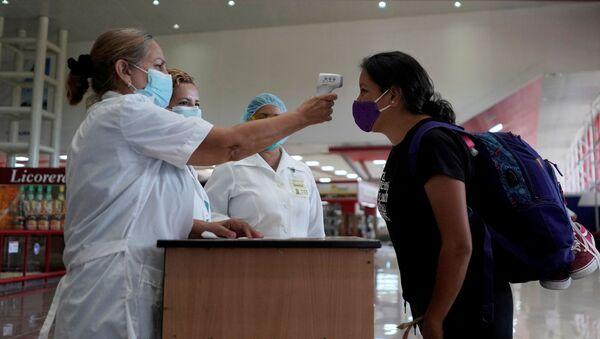 Unas enfermeras y una turista en el aeropuerto de la Habana, Cuba - Sputnik Mundo